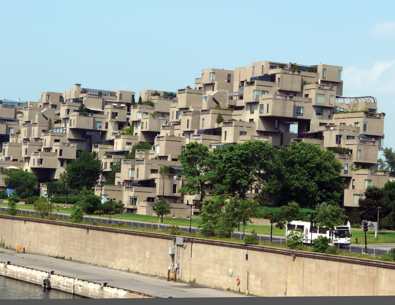 Montreal canada habitat 67 summer season for Habitat 67 architecture
