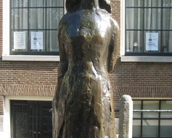 Anne Frank Museum, Amsterdam, Statue of Anne