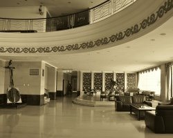 Trouble on vacantion, Hotel lobby overview